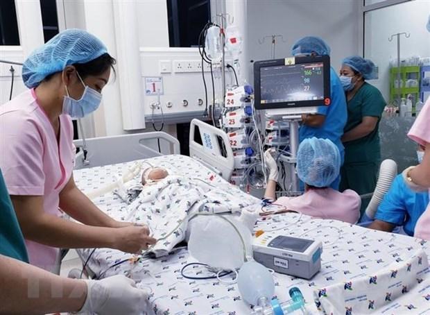 Một trong hai bệnh nhi sau khi tách rời được chuyển về Khoa Hồi sức Ngoại, Bệnh viện Nhi đồng Thành phố để tiếp tục theo dõi. (Ảnh: TTXVN)