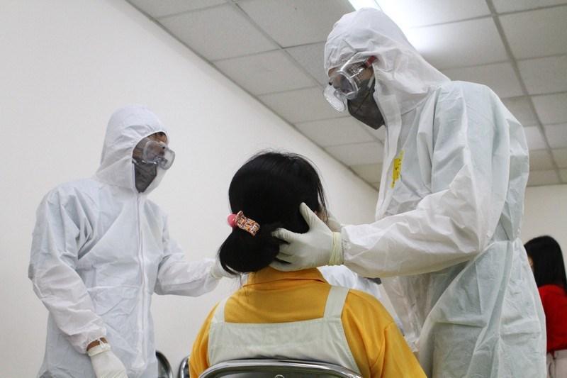 Nhân viên y tế lấy mẫu xét nghiệm cho công nhân khu chế xuất Tân Thuận, quận 7