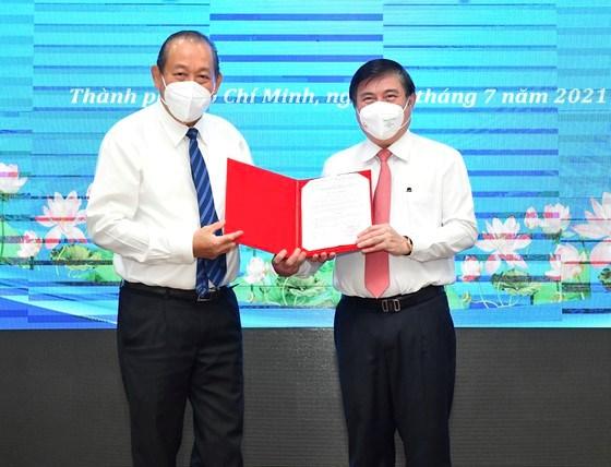 Phó Thủ tướng Thường trực Chính phủ Trương Hòa Bình trao quyết định của Thủ tướng Chính phủ phê chuẩnkết quả bầu Chủ tịch UBND TPHCM đối với đồng chí Nguyễn Thành Phong. Ảnh: VIỆT DŨNG