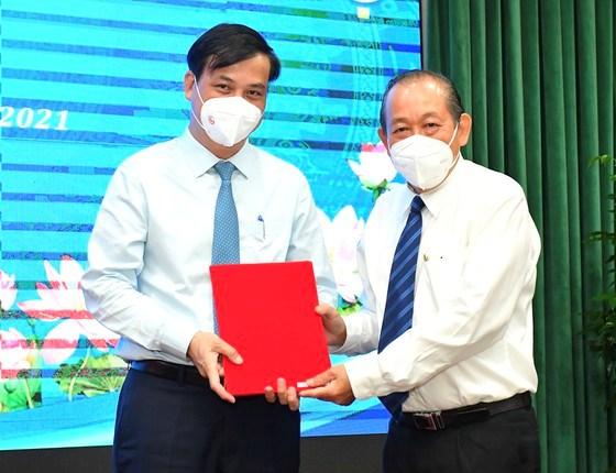 Phó Thủ tướng Thường trực Chính phủ Trương Hòa Bìnhtrao quyết định đối với Phó Chủ tịch UBND TPHCM Lê Hòa Bình. Ảnh: VIỆT DŨNG