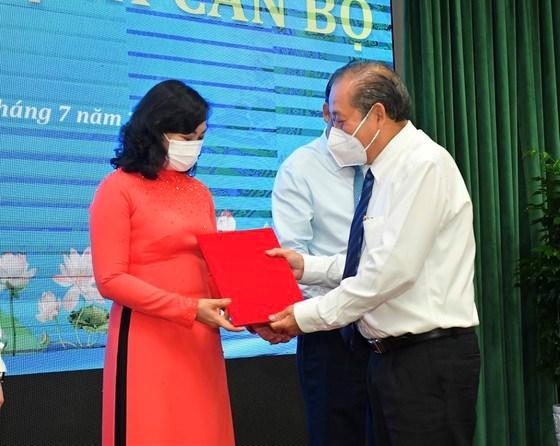 Phó Thủ tướng Thường trực Chính phủ Trương Hòa Bìnhtrao quyết định đối với Phó Chủ tịch UBND TPHCM Phan Thị Thắng. Ảnh: VIỆT DŨNG