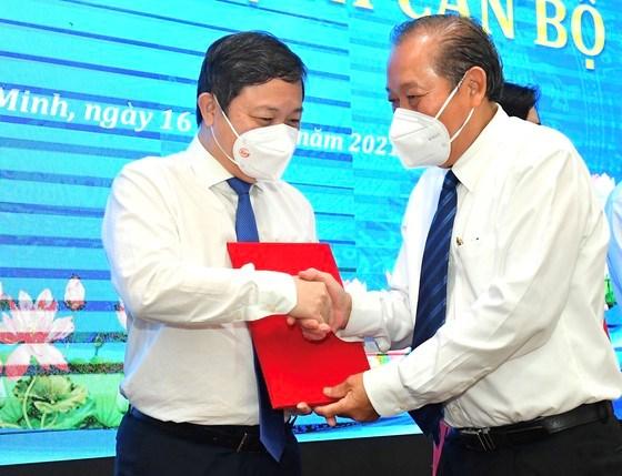 Phó Thủ tướng Thường trực Chính phủ Trương Hòa Bìnhtrao quyết định đối với Phó Chủ tịch UBND TPHCM Dương Anh Đức. Ảnh: VIỆT DŨNG