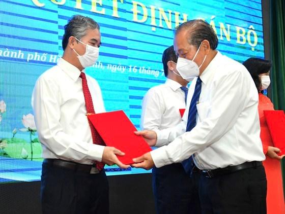 Phó Thủ tướng Thường trực Chính phủ Trương Hòa Bìnhtrao quyết định đối với Phó Chủ tịch UBND TPHCM Ngô Minh Châu. Ảnh: VIỆT DŨNG