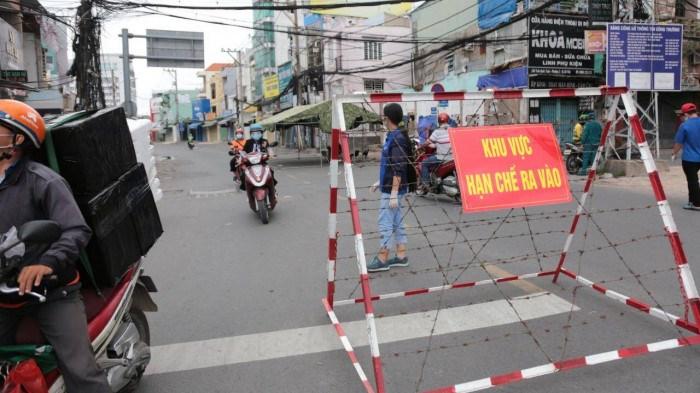 Các chốt hoạt động theo phương án mới để kiểm soát người đi đường, giảm ùn tắc.