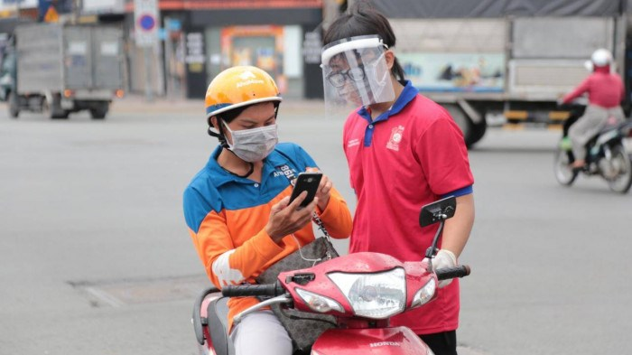 Bất cứ người dân nào cũng có thể bị yêu cầu dừng lại để kiểm tra xem ra đường có thật sự cần thiết hay không