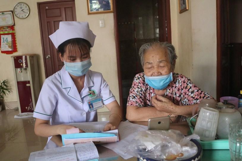Nhân viên y tế của Bệnh viện Lê Văn Thịnh (thành phố Thủ Đức) hướng dẫn người dân khám chữa bệnh qua điện thoại
