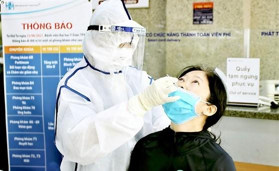 BV Đại học Y Dược TP tổ chức xét nghiệm nhanh kháng nguyên virus SARS-CoV-2 cho người dân đến khám bệnh