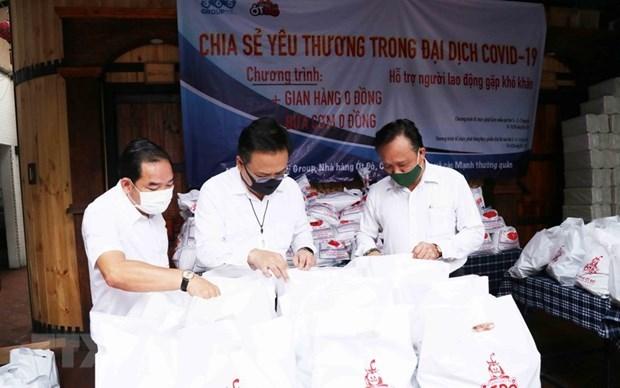 Ông Phùng Công Dũng, Chủ nhiệm Ủy ban về người Việt Nam ở nước ngoài Thành phố Hồ Chí Minh (ngoài cùng bên phải), ông Lê Bá Linh, kiều bào Thái Lan, Chủ tịch Hội đồng quản trị Công ty Cổ phần Pacific Foods (giữa) kiểm tra các phần quà cho người dân nghèo đến với Siêu thị 0 đồng