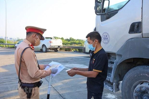 Một chốt kiểm soátdịch COVID-19với tài xế trước khi được phép vào thành phố. (Ảnh: Minh Sơn/Vietnam+)