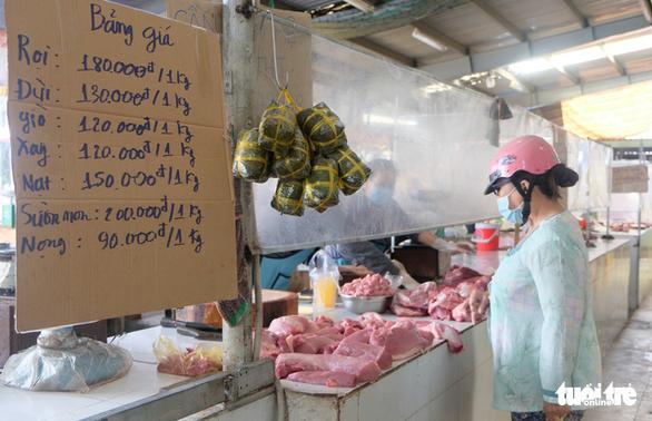 Quầy thịt theo tại chợ Ngã Ba Bầu treo bảng giá niêm yết - Ảnh: BÔNG MAI