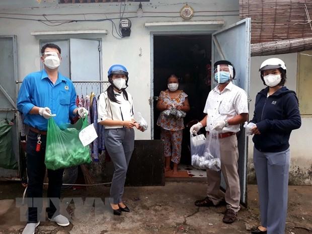 Liên đoàn Lao động quận Gò Vấp trao quà cho công nhân lao động trong khu trọ có hoàn cảnh khó khăn. (Ảnh: Thanh Vũ/TTXVN)