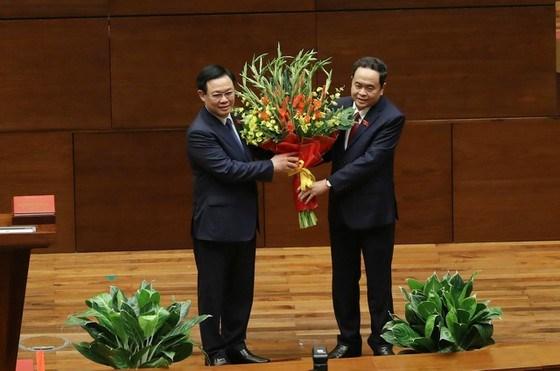 Phó Chủ tịch Quốc hội Trần Thanh Mẫn tặng hoa chúc mừng Chủ tịch Quốc hội khóa XV Vương Đình Huệ. Ảnh: QUANG PHÚC