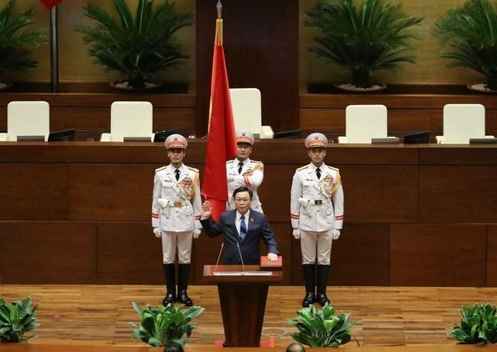 Chủ tịch Quốc hội khóa XV Vương Đình Huệ thực hiện nghi thức tuyên thệ. Ảnh: QUANG PHÚC