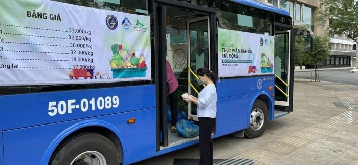 Xe buýt bán rau bình ổn giá phục vụ người dân