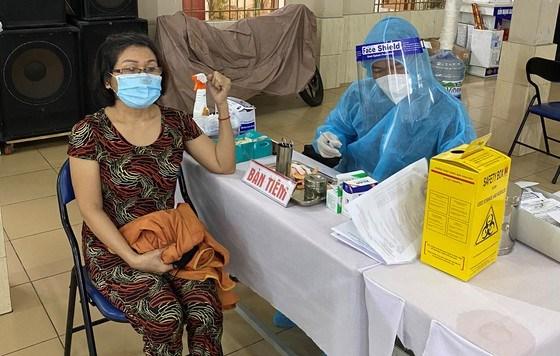 Người dân tiêm chủng vaccine Covid-19 tại điểm tiêm Nhà thờ Thăng Long, phường 13, quận 11