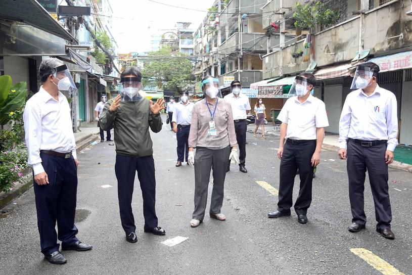 Phó thủ tướng Vũ Đức Đam khảo sát công tác phòng, chống dịch tại khu phong tỏa chung cư Ấn Quang. Ảnh: THẢO LÊ