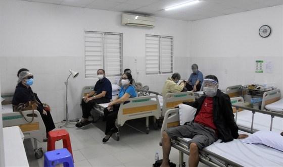 Những người lớn tuổi, có bệnh lý nền được tiêm chủng tại Bệnh viện Lê Văn Thịnh