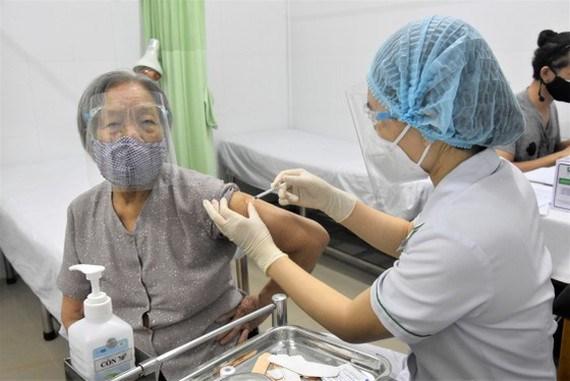Người dân tiêm chủng vaccine Covid-19 đợt 5. Ảnh: QUANG HUY