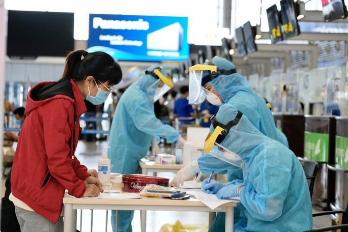 Khu vực lấy mẫu xét nghiệm Covid-19 cho hành khách tại sân bay Nội Bài - Ảnh: Phan Công
