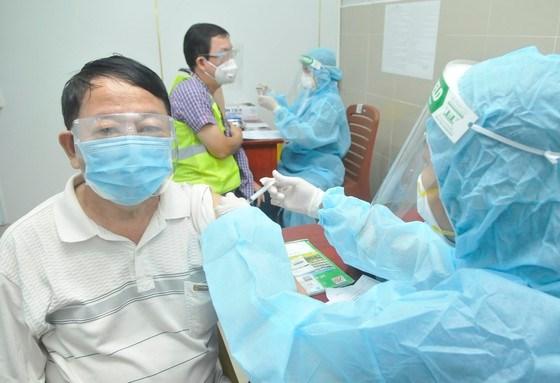 Tiêm vaccine cho người trên 65 tuổi tại Bệnh viện Quận 11, TPHCM, sáng 22-7-2021. Ảnh: CAO THĂNG