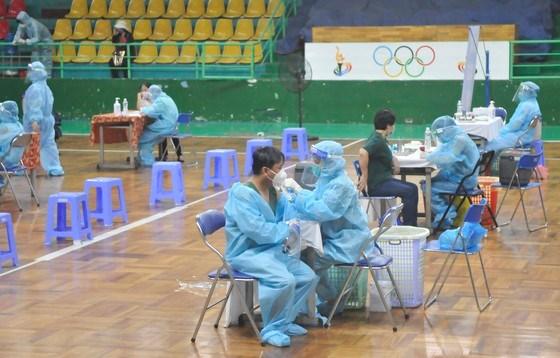 Tiêm vaccine cho người dân tại Nhà thi đấu Lãnh Binh Thăng, quận 11, TPHCM, sáng 22-7-2021.. Ảnh: CAO THĂNG