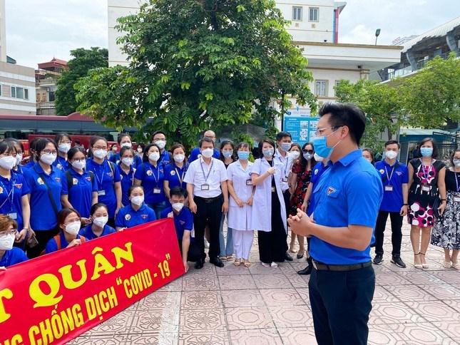"""Đoàn tình nguyện gồm 12 bác sỹ là cán bộ, giảng viên trẻ, 238 sinh viên của Học viện Y dược học cổ truyền Việt Nam lên đường """"chia lửa"""" với TPHCM trong những ngày dịch bệnh COVID-19 diễn biến phức tạp."""