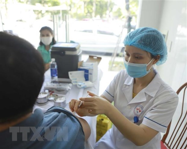Tiêm vaccine phòng COVID-19 đợt 3 cho các đối tượng ưu tiên tại Trung tâm y tế thành phố Vĩnh Yên, Vĩnh Phúc. (Ảnh: Hoàng Hùng/TTXVN)