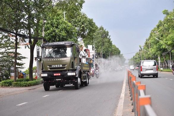 Bộ đội hóa học phun khử khuẩn đường phố tại TP.HCM - Ảnh: NGỌC PHƯỢNG