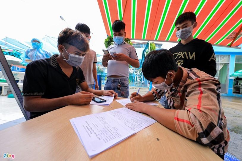 Trước lối vào nhà thi đấu Lãnh Bình Thăng (quận 11), người dân được đo thân nhiệt và thực hiện việc khai báo y tế.