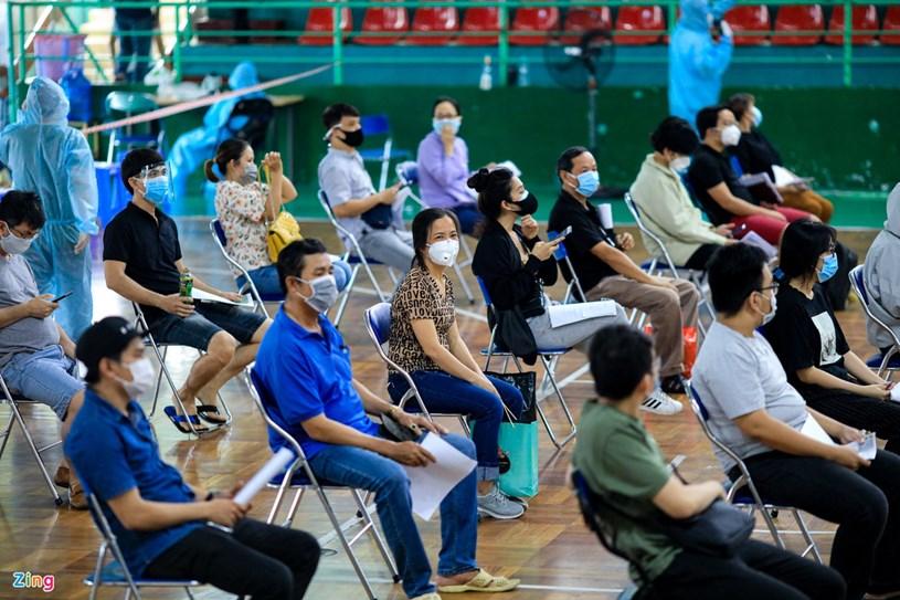 Các dãy ghế tại khu vực chờ đo huyết áp, khám sàng lọc trước khi tiêm được sắp xếp đảm bảo khoảng cách 2m.