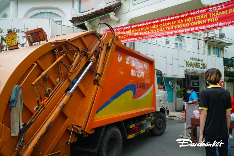 Các xe chuyên dụng, xe thu gom rác, vận chuyển hàng hóa vẫn ra vào bình thường.