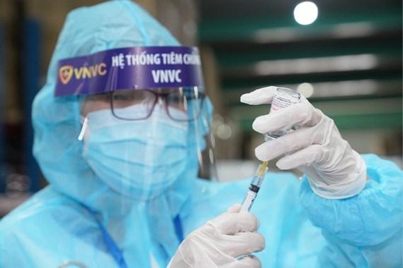 Nhân viên y tế chuẩn bị tiêm vaccine cho người dân