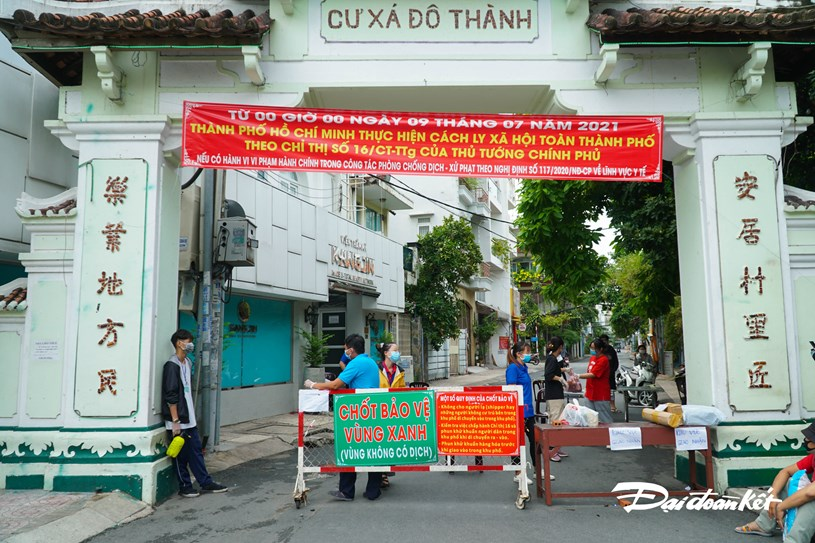 """""""Chốt bảo vệ vùng xanh"""" tại cổng vào Cư xã Đô Thành, trên đường Điện Biên Phủ tập trung đông lực lượng hỗ trợ hơn."""