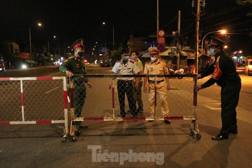 Lực lượng Quân đội phối hợp cùng Công an tiến hành tuần tra kiểm soát ở các tuyến đường trên địa bàn TPHCM và chốt chặn tại 12 điểm chốt, trạm cửa ngõ và 90 chốt tại các địa bàn trọng điểm.