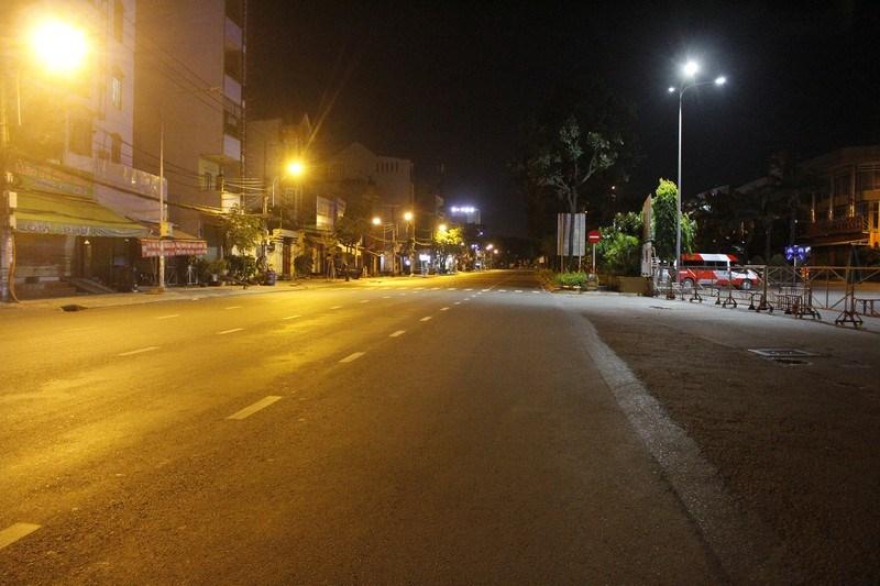 Ghi nhận trên đường Đinh Bộ Lĩnh (quận Bình Thạnh), khu vực trước bến xe miền Đông đã bị rào chắn, không có bóng người qua lại.