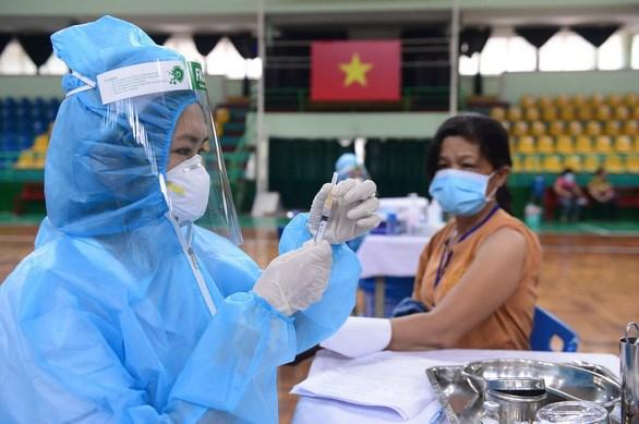 Người dân tiêm vắc xin AstraZeneca tại điểm tiêm Nhà thi đấu Lãnh Binh Thăng, quận 11
