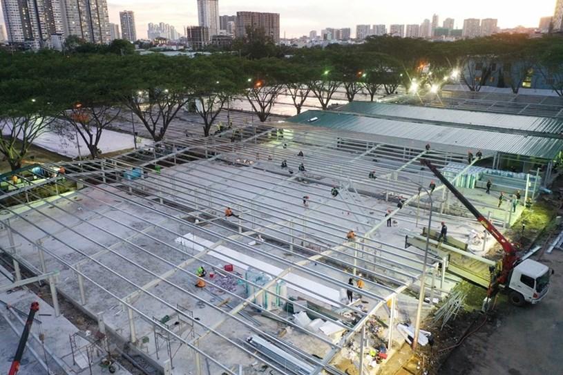 Công trường xây dựng bệnh viện dã chiến trên đường Đào Trí. (Ảnh: Trần Xuân Tình/TTXVN)