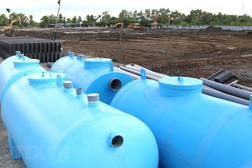 Hệ thống trữ nước sạch chuẩn bị được lắp đặt tại bệnh viện dã chiến trên đường Nguyễn Văn Linh. (Ảnh: Trần Xuân Tình/TTXVN)