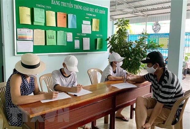 Người dân trở về từ Đà Nẵng đến khai báo y tế tại Trung tâm Y tế quận Thủ Đức. (Ảnh: Đinh Hằng/TTXVN)