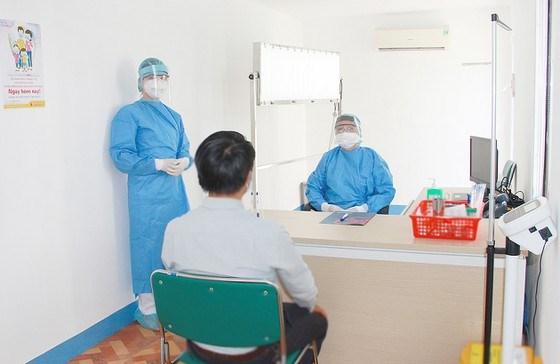 Các bác sĩ thăm hỏi kỹ yếu tố dịch tễ và các triệu chứng của người bệnh