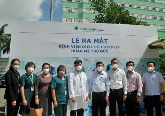 Chủ tịch UBND TPHCM Nguyễn Thành Phong cùng các đại biểu tại lễ ra mắtBệnh viện điều trị Covid-19 Hoàn Mỹ Thủ Đức. Ảnh: CAO THĂNG