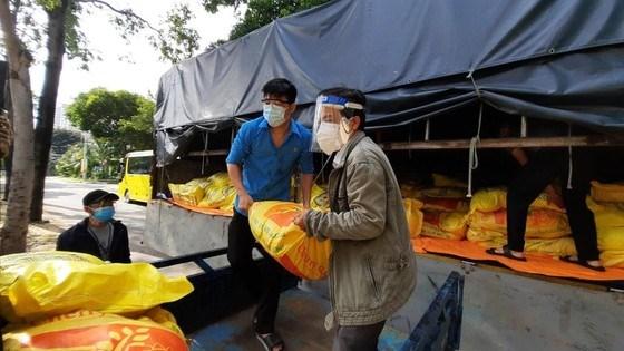 Các đơn vị vận chuyển gạo tới các khu vực có nhiều công nhân lao động tại TPHCM để hỗ trợ những người ở lại trong những ngày giãn cách. Ảnh do Tổ công tác 970 của Bộ NN-PTNT cung cấp