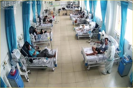 Bệnh nhân mắc Covid-19 điều trị tại Bệnh viện điều trị Covid-19. Ảnh: BVCC
