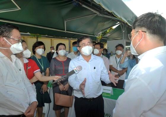 Chủ tịch UBND TPHCM Nguyễn Thành Phong thăm hỏi, động viên y bác bác sĩ, nhân viên y tếBệnh viện điều trị Covid-19 Hoàn Mỹ Thủ Đức. Ảnh: CAO THĂNG