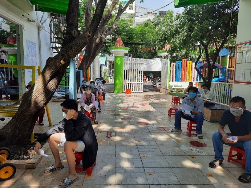 Tổ chức tiêm chủng vắc-xin phòng COVID-19 cho người dân từ 18 tuổi trở lên tại phường Tân Quy, Quận 7