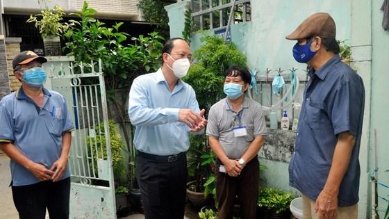 Phó Bí thư Thành ủy Nguyễn Hồ Hải và các thành viên trong đoàn đã đến tận nhà để thăm hỏi, động viên và trao quà cho các hộ khó khăn tại quận Tân Bình. Ảnh: CAO THĂNG