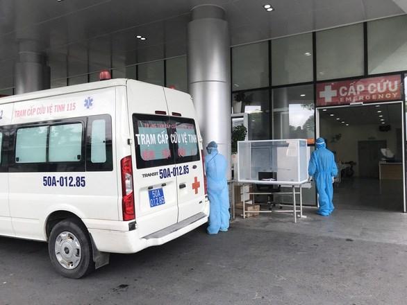Xe cấp cứu chở người bệnh đến Bệnh viện Quân y 175