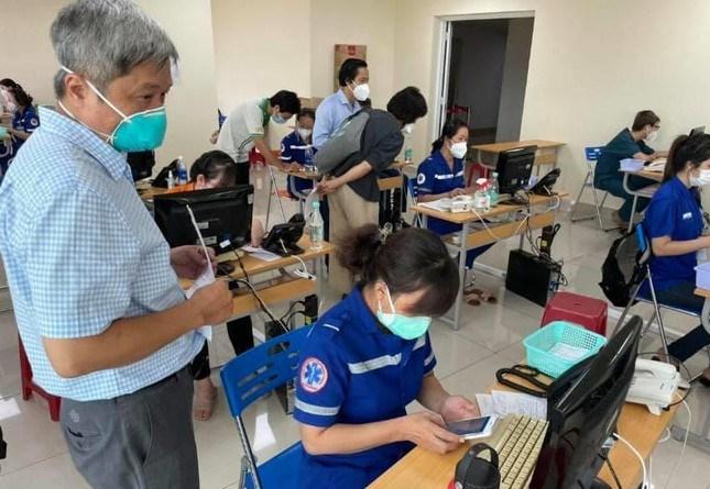 Thứ trưởng Bộ Y tế Nguyễn Trường Sơn kiểm tra công tác điều phối bệnh nhân COVID-19 tại Trung tâm Cấp cứu 115
