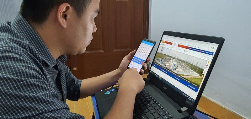 Khách hàng sử dụng điện TP.HCM theo dõi lượng điện hàng ngày qua ứng dụng EVNHCMC CSKH trên thiết bị di động và trên trang Web của Tổng Công ty Điện lực TP.HCM.