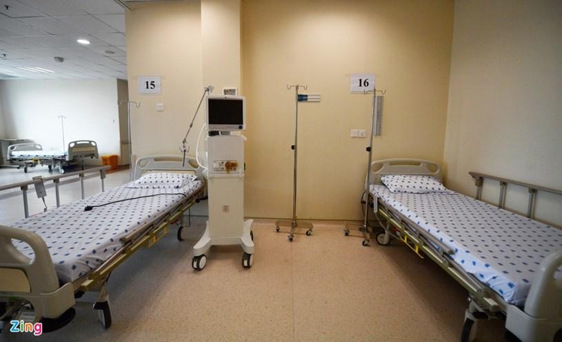 Theo kế hoạch, bệnh viện sẽ đưa vào hoạt động 50-70 giường và sẵn sàng nâng dần tổng số giường lên 250. Mỗi giường bệnh cách xa nhau, được đặt trong không gian phòng thoáng mát, rộng rãi.